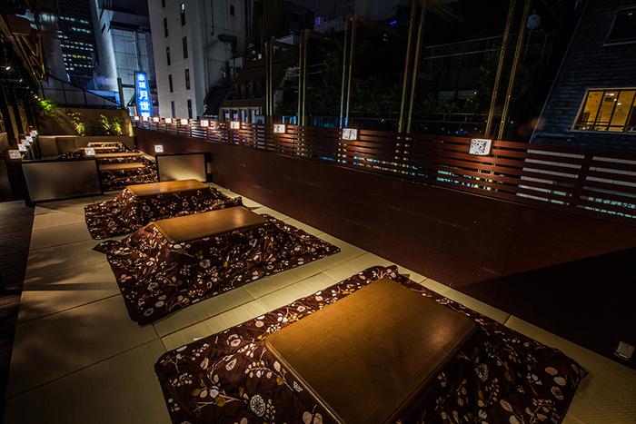 そんな、大人のエンターテイメントを楽しめるダイニングバーの、ルーフトップ付きのテラスに寒い季節は「こたつテラス」なるこたつ席が設けられ、赤坂の夜景を見ながら食事が楽しめます。