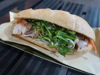 こちらのバインミーは、ベトナム・ホイアン市の本場の味を再現しています。人気の「スペシャルバインミー」は中に、豚肉・レバーペースト・なます・ネギ・きゅうり・パクチーが入った盛りだくさんな一品。