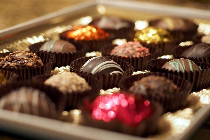"""バレンタインデーシーズンに恋人や旦那さま、友達などに贈るチョコレート。 そんな中、""""セルフチョコ""""と言われる""""自分に贈るチョコレート""""にも注目が集まっています。とっておきのお気に入りのチョコを自分にプレゼントするだなんてちょっと素敵ですよね。"""
