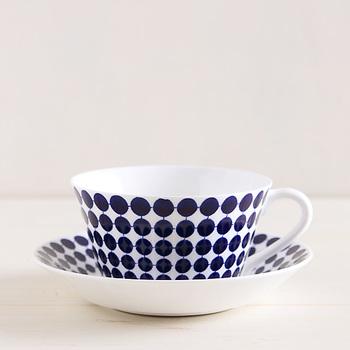 1959年に生まれた「アダム」は、スウェーデンのデザイナースティグ・リンドベリによるものです。こちらは当時と同じ設備や材料で作られている復刻版ですが、生産量も少ないので希少なアイテムです。人気のカップ&ソーサーをおうちのテーブルに並べてみたいですね。