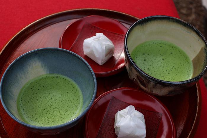 """和のスイーツに使われることの多い""""抹茶""""は、チョコレートスイーツにとってもおすすめです。グリーンのきれいな色をそのまま生かしたい時には、ホワイトチョコレートと組み合わせてみて。"""