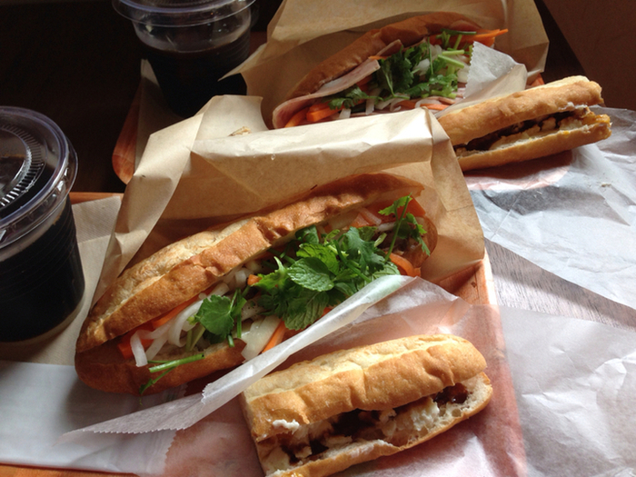 さくさくのパンに、パクチーのアクセントをきかせたベトナムの国民食、バインミー。野菜も肉もたっぷりとれて、とてもヘルシーです。今日のランチや晩ご飯に、ベトナムの味を食べてみませんか?