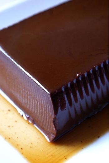 """イタリア語で、""""生クリームを煮る""""という意味のスイーツ、パンナコッタ。生クリームのなめらかな舌触りとチョコレートの甘み+ココアのほろ苦さが絶妙にマッチします。"""