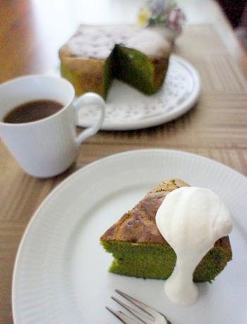ガトーショコラも抹茶をプラスすることで、どこか懐かしいようなほっこりする味わいになります。生クリームをトッピングしておしゃれに盛り付けても◎。