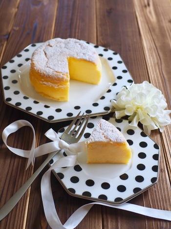 たったの4種類の材料で作ることができるスフレケーキ。ふわっふわな口当たりにチーズの風味とホワイトチョコレートの甘みが相性ピッタリ♪ホワイトチョコレートなら、きれいな焼き色もそのまま楽しめますよ。