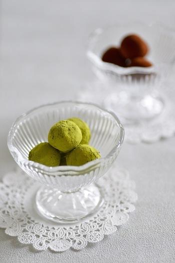 """ホワイトチョコレートをベースにしたトリュフです。とろりとした仕上がりの秘密は""""アボカド""""。抹茶とココアパウダーで彩りも華やか♪"""