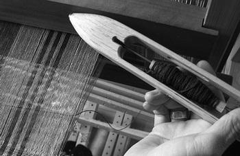 糸になった綿を布にする方法は色々ありますが、特に手仕事の味わいを感じられるのは、手織機を使った方法。糸を織り込むことはもちろん、綿自体を細く伸ばして横糸に加えるなどしてアクセントを加えることもできます。