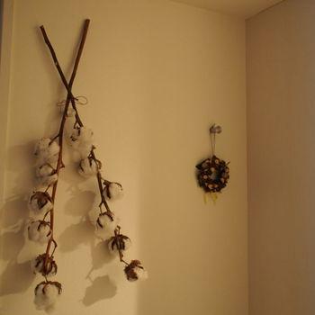 枝を結んで引っ掛けただけのさりげなさが◎。大振りの枝はインパクトがありますね。
