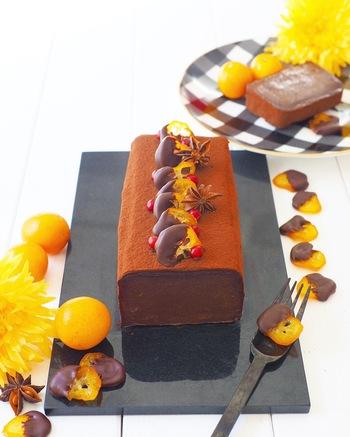 まるでショップで売られているケーキのような出来栄えのオレンジを使ったチョコレートケーキです。まぜてレンジとオーブンを使って焼くだけなのでぜひ作ってみて下さいね。