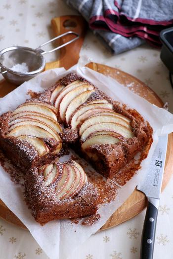 リンゴをサクサクと切り分け、トッピングして焼きあげたブラウニー。胡桃(くるみ)も入っているので香ばしさも楽しめるスイーツです。