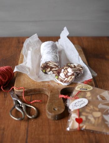 チョコレートにドライフルーツやナッツをまぜて作るチョコレートサラミです。簡単に作ることができるので初心者さんにもおすすめ。切り口は混ぜ方で表情を変えられるので色々試してみて下さいね。