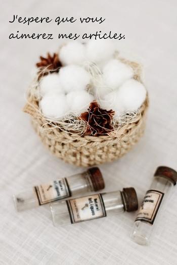 コットンフラワーを麻の編みバッグにそっと盛って、アロマオイルを数滴たらすと簡単アロマポプリの完成! ふわふわとした綿が飾ってあるのを見ると気持ちまでほぐれていくから不思議。