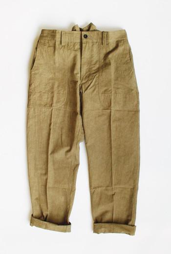パン職人さんたちが仕事用に履いていたのがその名の由来である「ベイカーパンツ」。特徴はバックポケットにフラップがあること、フロントやバックに外付けのポケットがあること。