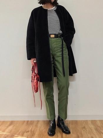 細身のデーパートパンツは、重め冬コートのコーデも軽やかに見せてくれますよ。ダークトーンでクールに決めつつ、バックで差し色をプラスして上手に外しています。