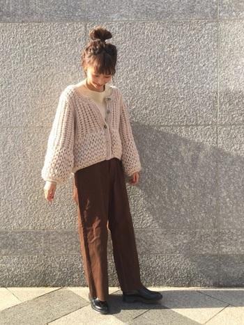 あたたかな印象のブラウンは、冬ファッションにおすすめのカラーです。ざっくり編みのショート丈カーディガンとハイウエストのベイカーパンツを合わせればバランスよく仕上がります。