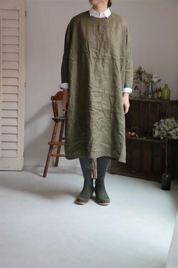 冬らしい印象があまりないリネンワンピースですが、タイツを履くだけで一気に冬仕様の着こなしに。