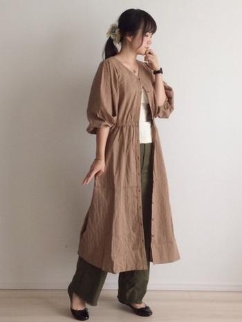 ブラウンのワンピースをカーディガン風に羽織ったスタイルは優しく、女性らしい雰囲気に。バレエシューズを合わせてとことんフェミニンなコーデもできるのがベイカーパンツのすごいところ。