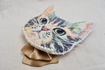 とってもリアルなネコちゃんのブローチ。 実はこれも刺繍でできているんです! 毛並みのニュアンスを再現できるのは刺繍ならでは。