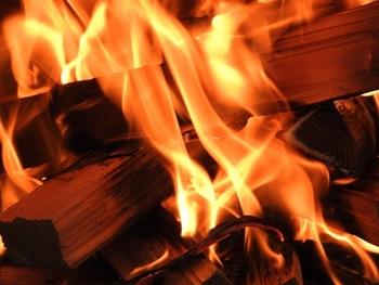 三つ目は、火災の危険性が高まるという点です。もともと冬はストーブやこたつなどを使うため、火災の危険性はほかの季節よりも高くなるのですが、さらに空気中の水分が少なくなっているため、火が点きやすいうえに燃え広がりやすくなります。