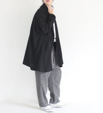 グレーのワイドパンツに、ブラックのビッグシルエットアウターを合わせた着こなしです。足元やインナーは白でまとめて、全身ゆったりコーデで陥りがちな重くなり過ぎスタイルをしっかり回避しています。