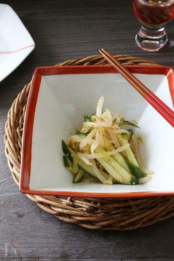豆板醤のピリ辛な味付けで箸がすすむ和え物。野菜はもやしときゅうりを使っているので、節約レシピにもなりますね!