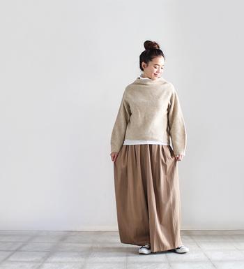 かなり大胆なビッグシルエットのワイドパンツに、ゆったり着られるボトルネックのセーターを合わせたコーデ。ベージュ×ブラウンで優しい印象にまとめつつ、トップスの裾からちら見えするホワイトのインナーが膨張感を抑えてくれています。