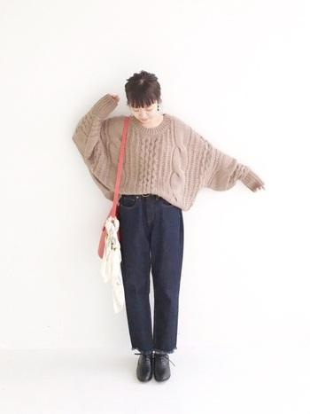 ざっくり編みのゆったりニットに、シンプルなデニムパンツを合わせたスタイル。冬のビッグシルエットトップスはハイウエストのボトムスにインすると、モコモコし過ぎずスッキリした印象で着こなすことができますよ。