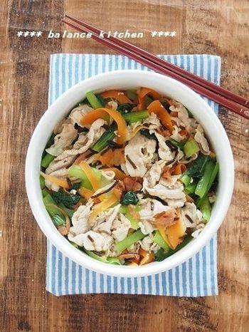 見た目も華やかな豚肉と緑黄色野菜の和え物。お肉を入れた和え物は、野菜も一緒にもりもり食べられるところがいいですね。