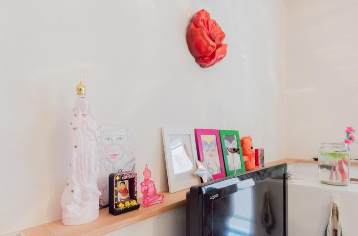 壁際の棚に、カラフルな小物を並べたワンコーナー。明るく元気が出るスペースになりますね。