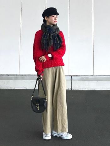 ブラウン系のグリーンは、ベージュパンツと調和して真っ赤なセーターが落ち着いた大人の雰囲気に。ブラックの小物でピリリと引き締めるなど、絶妙な配色がステキ◎