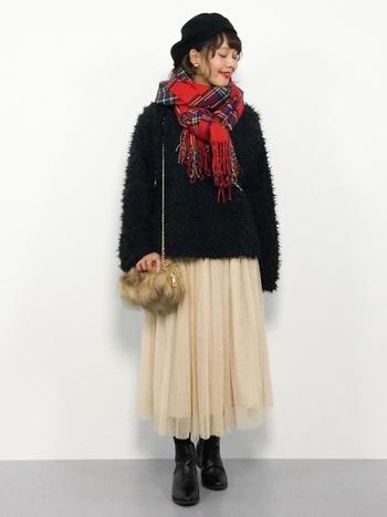 ふわふわのセーターとシフォンスカートを組み合わせたガーリースタイルも、鮮やかな赤がピリッとコーデを引き締めてくれます。黒と赤のコントラストが、顔周りを華やかに演出◎通学にもデートにもピッタリ♪