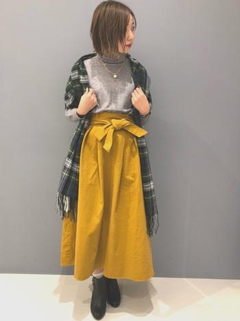 グリーン×ホワイトのチェック柄は、どんな色ともなじみやすい清潔感のあるカラー。彩度の高いマスタードのスカートを、グレーのトップスと調和させ、コーデ全体をまとめてくれています◎