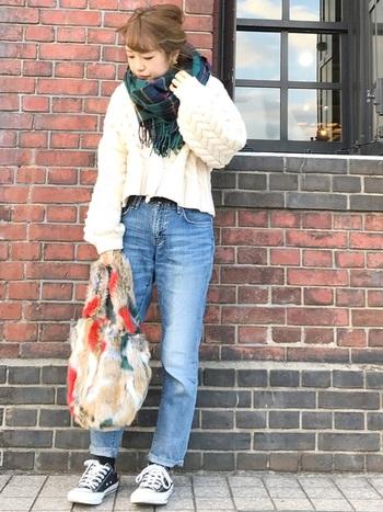 もこもこセーターとデニムパンツのカジュアルコーデも、グリーンのチェックストールで落ち着いた雰囲気に。淡い色でまとめたコーデにやわらかさを残しながら、引き締めてくれる頼れるカラーです。
