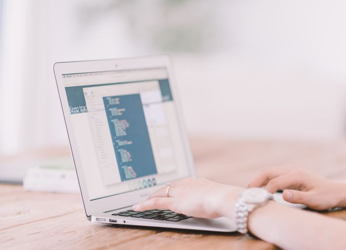 デスクワークなど座り仕事が中心という方は、パソコンを使用することによる目の疲れや肩こり、腰痛などに悩まされていることも多いのではないでしょうか。特に目が疲れていると、それに伴って肩こりや頭痛、腰痛など不快な症状が現れてしまうこともあるようです。