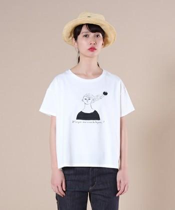 女の子のおさげにトマトが付いたデザインも、おしゃれでキュート。白黒のシンプルTシャツなので、普段使いもしやすそうですね。