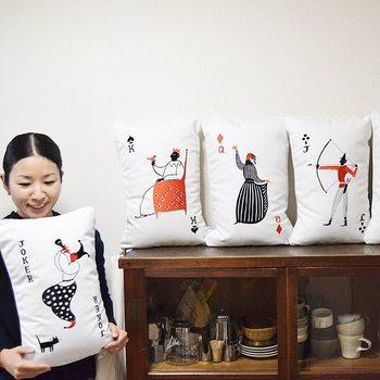 杉本さなえさんは、鳥取県在住のイラストレーター。 1975年に鳥取県米子市に産まれ、京都精華大学美術学部洋画コースを卒業されています。
