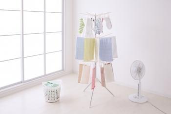 室内干しの嫌なにおいが心配…という方は、干し方のコツを2つ押さえましょう! まずひとつは、扇風機の風を洗濯物に当てながら乾かすこと。生乾きの臭いを抑えてくれるだけでなく、早く乾くというメリットもあります。 ふたつ目は、洗濯物の間隔をできるだけ空けて干すということです。間隔を狭めて干すと、湿気がこもりやすく乾きにくくなるので、臭いの元となる雑菌が繁殖しやすくなってしまいます。
