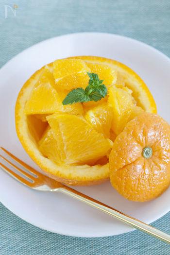 オレンジの皮をカップにするだけで、とたんに素敵なデザートに。こちらも食べやすく、見た目も味もさわやかなので、食後のデザートに重宝します。