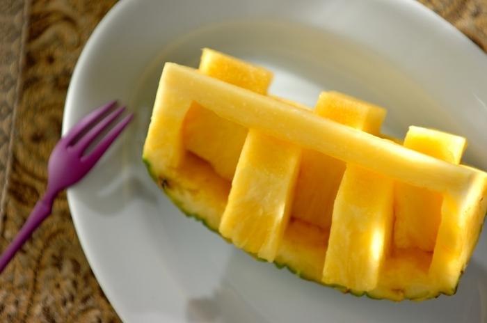 パイナップルを単品でデザートとして出す場合、ちょっとした工夫で食べやすく見た目も可愛らしくなります。意外と簡単にカットできるので、これも覚えておくと良さそう。