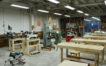 Maker's Baseは、モノ作りを楽しむことができるシェア工房です。広々とした作業場とさまざまな工具が揃い、個人でも本格的なアイテムを製作することができます。東急東横線都立大学駅から徒歩1分ほどの距離にあるTokyo店と、千葉そごう内のChiba店があります。