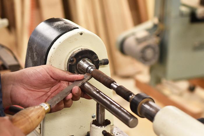 木工旋盤という機械を使って、万年筆の軸の部分を作ります。軸のかたちは、自由に作ることができるので、自分の手に馴染む美しいかたちを考えてみたいですね。軸を作ったら、金具を取り付ければ完成となります。