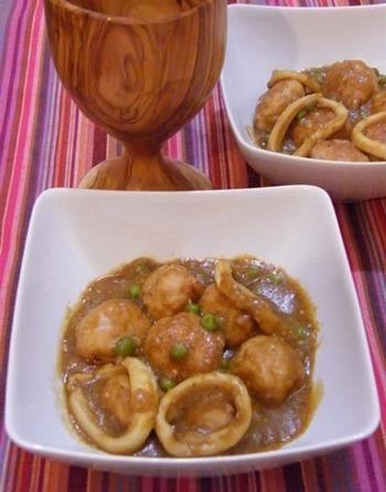 お肉と魚貝を一緒に煮込むカタルーニャ風のお料理で、チョコレートやナッツ、トマトなどのソースで煮込みます。お肉と魚貝からの旨みたっぷりの出汁と煮ることで、コクのある凝縮したお味を作り上げてくれます。