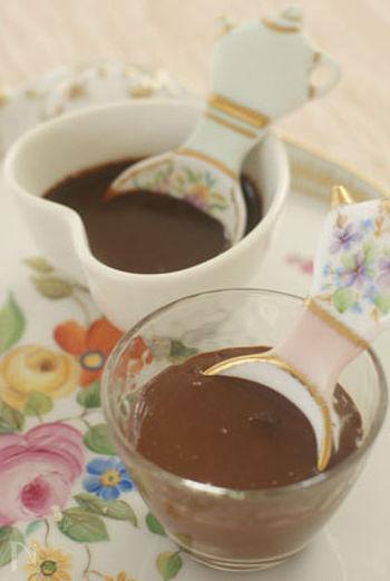 チョコレートにバルサミコ酢、ブラックペッパーを合わせるとほどよい酸味とコクのある、お肉によく合うソースになります。合鴨ロースのハムに添えると、パーティーを華やかにしてくれる話題性のあるひと品が完成します。