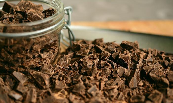 チョコレートは芳醇な香りと深い甘さで、女子を魅了するスイーツの定番素材です。最近では、甘いチョコレートだけではなく、甘さを抑えたカカオ成分の高いチョコレートもスーパーなどでよく見かけるようになりました。