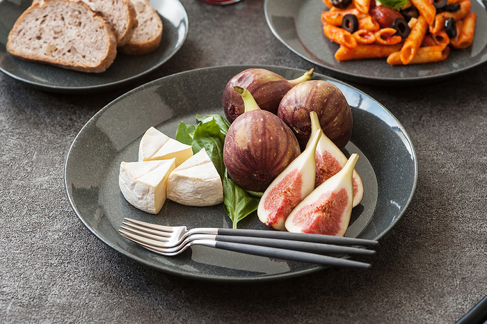 フルーツやチーズをカットしてのせるだけでも、こんなに華やかな雰囲気にすることができるのは、シンプルを極めたデザイン性の高さのおかげです。リムの立ち上がりがとても美しいですね。