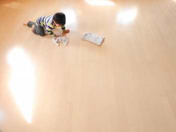 床がフローリングの場合は、掃除機での掃除から水拭きにチェンジ。床についた水分が蒸発して、空中を潤してくれます。