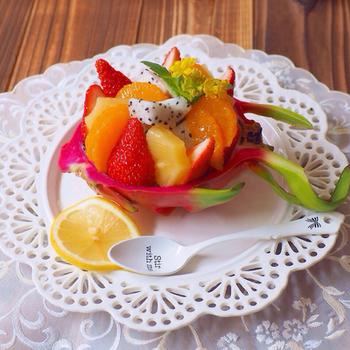 こちらはドラゴンフルーツをバスケットにしたフルーツの盛り合わせ。果肉はちょっと地味だけど、ドラゴンフルーツの皮は華やかなので、器に使用するとそれだけで食卓が明るく華やかになりそう。
