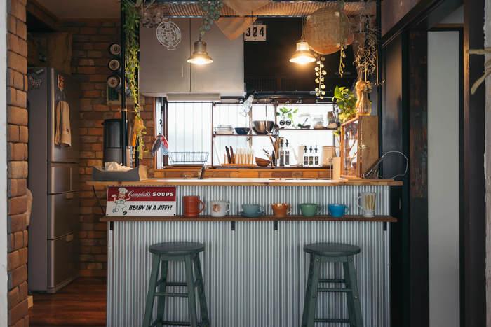 原状回復さえ可能なら、賃貸をこつこつDIYリノベーションするのも楽しいですよ。こちらはキッチンとリビングの間に設置されたキッチンカウンター。マグカップをディスプレイする棚も付いています。