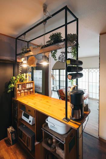 キッチン側から見るとこんな感じ。必要な物がきちんと収納され、ペンダントライトやグリーンなどでインテリア性もプラスされています。