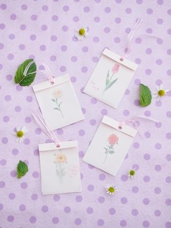 花のマスキングテープを貼りつけて、リボンで飾った可愛らしいタグです。
